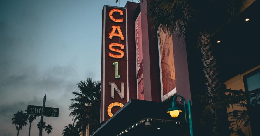オンラインカジノ対。ランドベースのカジノ - メリットを知る